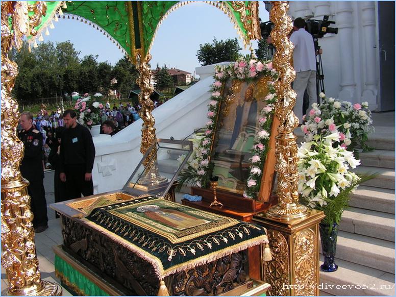 Открытая рака с мощами преподобного Серафима Саровского: Дивеево, 1 августа 2007 года (diveevo52.ru)